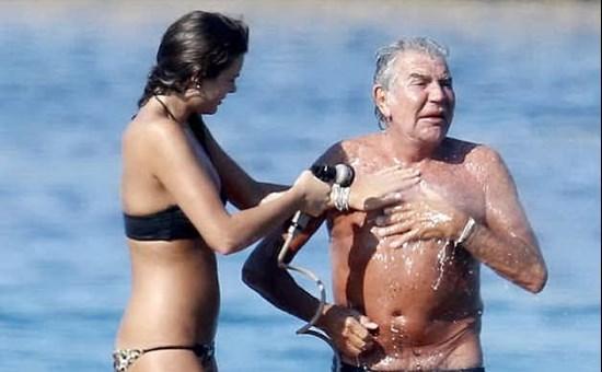 purchase cheap 08688 36e1c Roberto Cavalli non teme l'età: coccole hot con l'ex ...