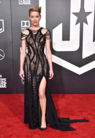 new arrival dc52c 1c445 Amber Heard in Versace è il trionfo del vedo non vedo ...