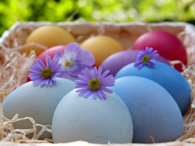 Le uova di pasqua dolci preziosi con le sorprese dei cartoni animati