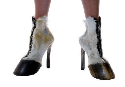 prezzo ridotto vari stili a buon mercato Zoccoli di cavallo e colombi bianchi: una serie di scarpe create ...